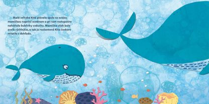 Text © Alexandra Cvečková 2018: Malá veľryba Kita plávala spolu so svojou mamičkou naprieč oceánom a pri tom roztopašne naháňala bublinky vzduchu. Mamička však bola oveľa rýchlejšia, a tak ju rozšantená Kita čoskoro stratila z dohľadu. Ilustrácia © Martina Rozinajová 2018: Malá veľryba Kita pláva za svojou mamou v hlbine oceánu.
