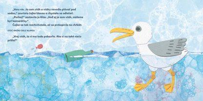 """Text © Alexandra Cvečková 2018: """"Veru nie. Ja som vták a vtáky nevedia plávať pod vodou,"""" zavrtela čajka hlavou a chystala sa odletieť. """"Počkaj!"""" zastavila ju Kita: """"Veď aj ja som vták, môžeme byť kamarátky."""" Čajka sa tak rozchichotala, až sa prekoprcla na chrbát: otoč knižku dole hlavou """"Vraj vták, to si ma teda pobavila. Ako si na také niečo prišla?"""" Ilustrácia © Martina Rozinajová 2018: Čajka pláva na hladine oceánu."""